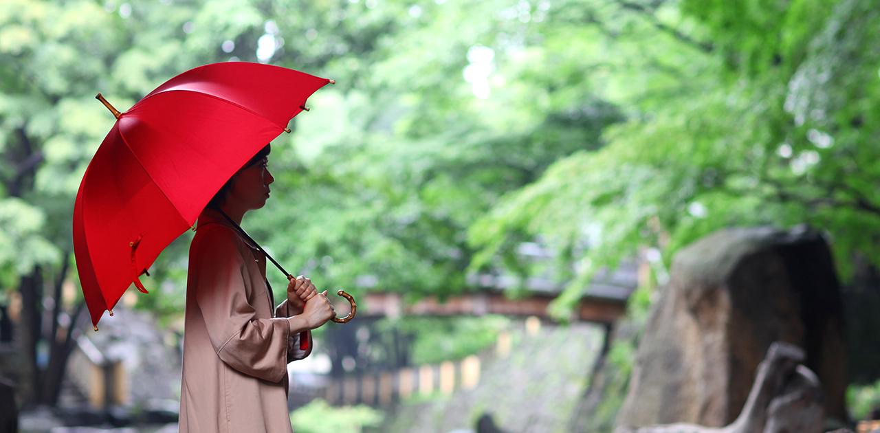秋雨の空の下を歩く 粋な傘との付き合い方